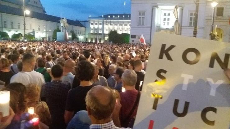 Protest przeciwników zmian w prawie przed Pałacem Prezydenckim w Warszawie