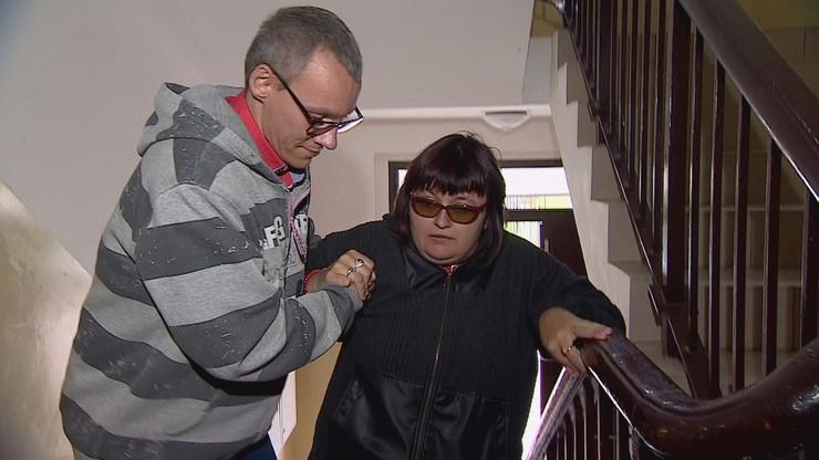 Niepełnosprawni chodzą po schodach. Burmistrz nie zezwala na zamianę mieszkań