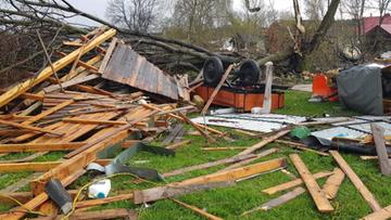 Trąba powietrzna na Lubelszczyźnie. Zerwane dachy, uszkodzone samochody