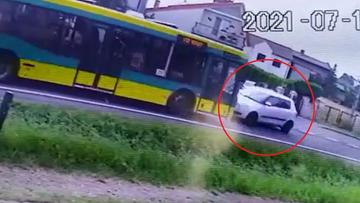 Czołowe zderzenie skody z autobusem. Policja opublikowała nagranie